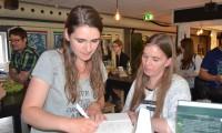 Jeanette Hedengran og Tina Sanddahl signerer bøger juli 2015. Foto: Tanja Lønberg Rasmussen