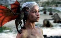 Daenerys Targaryen med en af sine tre drager.