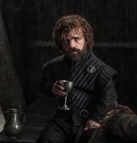 Tyrion Lannisters store appetit minder om tricksterens, idet han f.eks. næsten altid har et glas vin i hånden (Game of Thrones, HBO, 2011-2018).