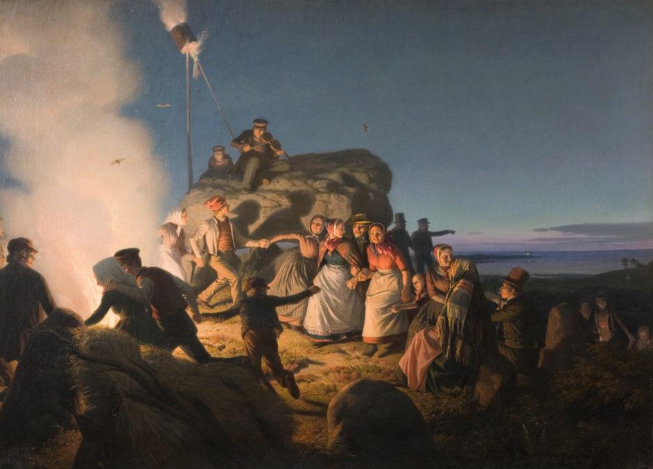 På dette maleri af Jørgen Sonne danser bønderne omkring et midsommerbål i 1800-tallet.